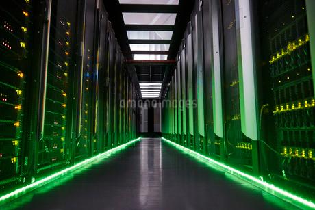 Glowing panels in dark server roomの写真素材 [FYI02177939]