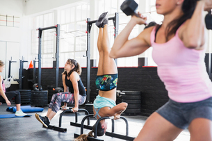 Young women working out in gymの写真素材 [FYI02177973]