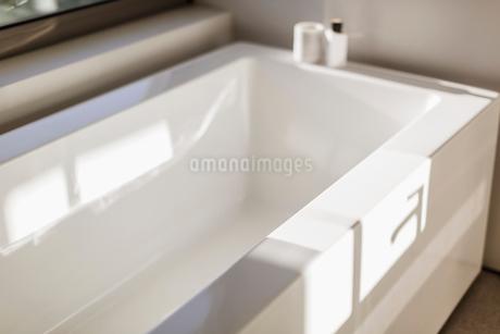 Sunny reflection over modern white bathtubの写真素材 [FYI02178112]