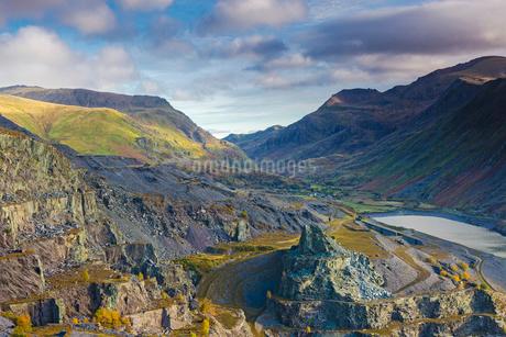 Craggy view, Llanberis Pass from Dinorwic, Snowdonia Walesの写真素材 [FYI02178116]