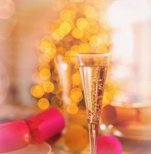 Close up champagne flutes and Christmas crackersの写真素材 [FYI02178152]