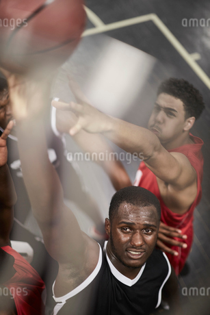 Determined young male basketball player dunking the ballの写真素材 [FYI02178332]