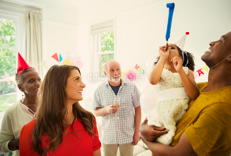 Multi-ethnic family celebrating with party favorsの写真素材 [FYI02178338]