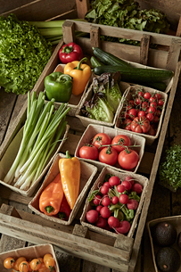 Still life fresh, organic, healthy vegetable harvest variety in wood crateの写真素材 [FYI02178350]