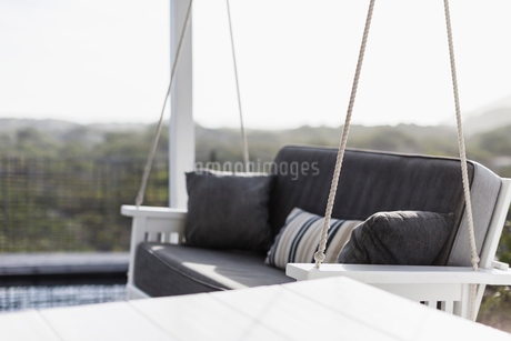 Porch swing with gray cushionの写真素材 [FYI02178362]