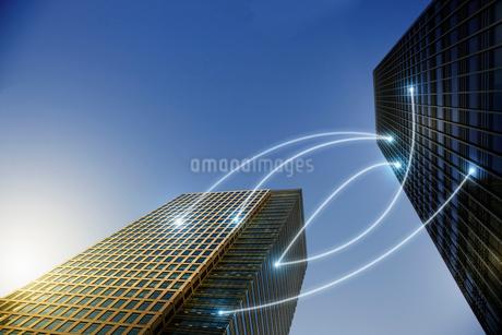 Fiber optic light communication connecting highrise buildings, conceptの写真素材 [FYI02178391]