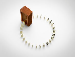 Box and ring of dominos on white backgroundの写真素材 [FYI02178420]
