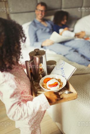 Girl serving breakfast in bed and card to father on Father's Dayの写真素材 [FYI02178517]