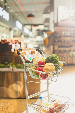 Produce and groceries in shopping cart in marketの写真素材 [FYI02178724]