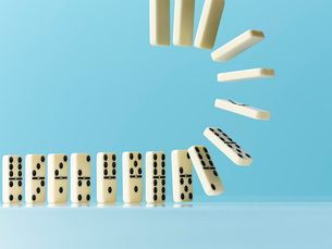 Flipping dominos on blue backgroundの写真素材 [FYI02178735]