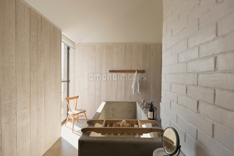 Home showcase bathroom with soaking tubの写真素材 [FYI02178911]