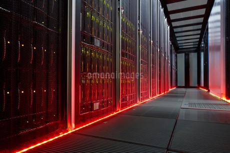 Red glowing panels in dark server roomの写真素材 [FYI02178939]