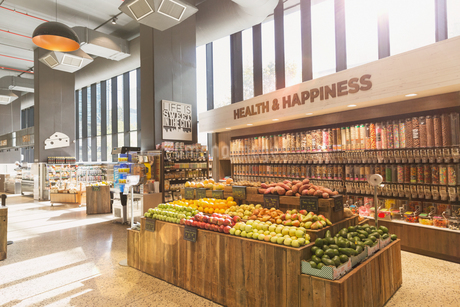 Produce and bulk food on display in health food grocery store marketの写真素材 [FYI02179197]