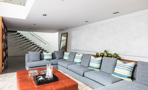 Home showcase interior living room with long sectional sofaの写真素材 [FYI02179237]
