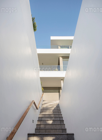 Stairs leading up to white modern luxury home showcase exteriorの写真素材 [FYI02179314]