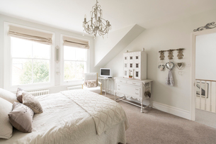 White, luxury home showcase interior bedroom with chandelierの写真素材 [FYI02179320]