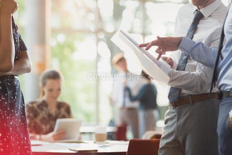 Businessmen discussing paperwork in meetingの写真素材 [FYI02179325]