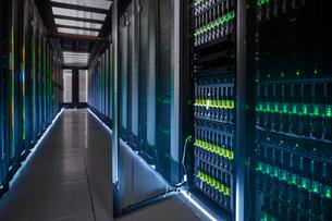 Glowing, open panel in dark server roomの写真素材 [FYI02179333]