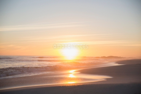 Tranquil sunset view over ocean beachの写真素材 [FYI02179335]