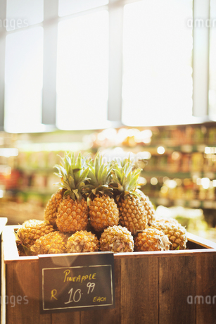 Pineapples on display in grocery store marketの写真素材 [FYI02179486]