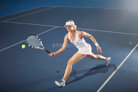 Young woman playing tennis on tennis courtの写真素材 [FYI02179506]
