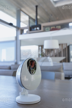Home security camera on tableの写真素材 [FYI02179577]