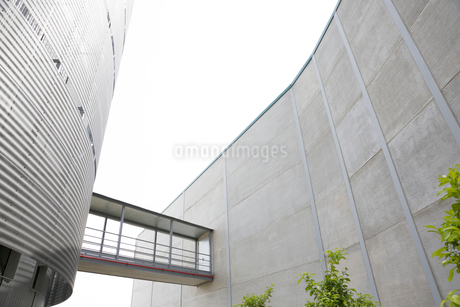 Architectural, modern building with elevated walkwayの写真素材 [FYI02179591]