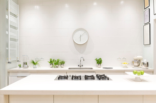 White, modern luxury home showcase interior kitchen with clockの写真素材 [FYI02179642]