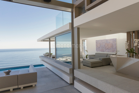 Modern, luxury home showcase living room and patio with ocean viewの写真素材 [FYI02179649]