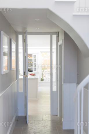Luxury home showcase interior foyer and doorwayの写真素材 [FYI02179678]