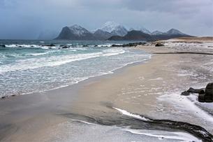 Rugged mountains behind ocean beach, Storsandnes, Lofoten, Norwayの写真素材 [FYI02179684]