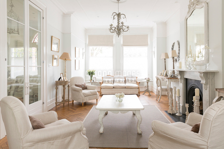 White luxury home showcase interior living room with fireplace and chandelierの写真素材 [FYI02179719]