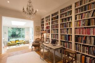 Books on bookshelves in luxury home showcase interior libraryの写真素材 [FYI02179721]