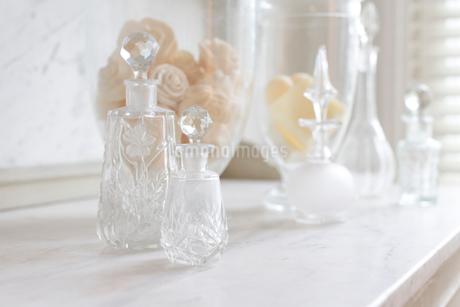 Crystal perfume bottles on white, luxury marble counterの写真素材 [FYI02179770]