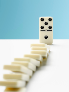 Domino toppling row of dominosの写真素材 [FYI02179855]