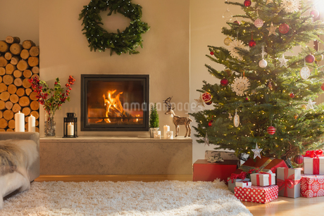 Ambient fireplace and Christmas tree in living roomの写真素材 [FYI02179944]