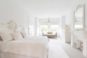 White, luxury home showcase interior bedroomの写真素材 [FYI02179954]