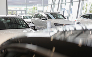New, white cars in car dealership showroomの写真素材 [FYI02179982]