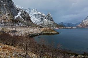 Snowy, rugged mountains along water, Reine, Lofoten, Norwayの写真素材 [FYI02179991]