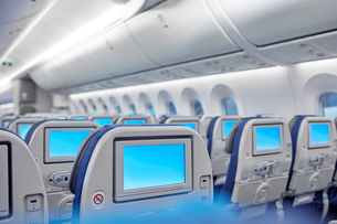 Entertainment screens on seats in airplaneの写真素材 [FYI02180036]