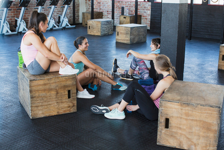 Young women talking and resting post workout in gymの写真素材 [FYI02180038]