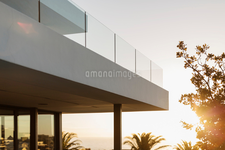 Balcony of modern luxury home showcase exterior at sunsetの写真素材 [FYI02180042]