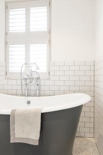 Luxury home showcase soaking tub in white bathroomの写真素材 [FYI02180103]