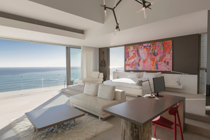 Modern, luxury home showcase bedroom with sunny ocean viewの写真素材 [FYI02180118]