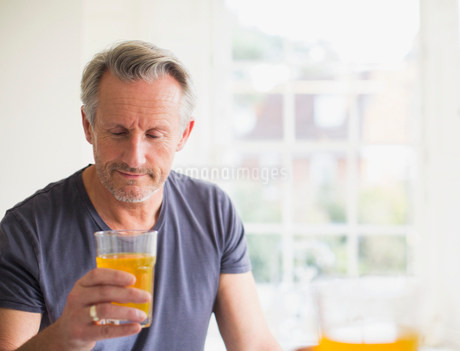 Mature man drinking juiceの写真素材 [FYI02180162]