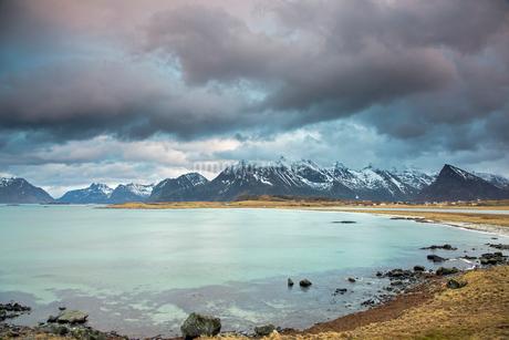 Mountain view behind ocean, Lofoten, Norwayの写真素材 [FYI02180193]