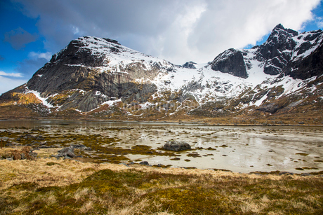 Snow on craggy, remote mountains, Flakstadpollen, Lofoten, Norwayの写真素材 [FYI02180244]