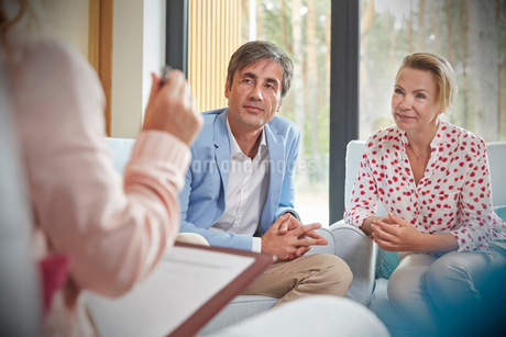 Couple listening to therapist in couples therapy counseling sessionの写真素材 [FYI02180261]