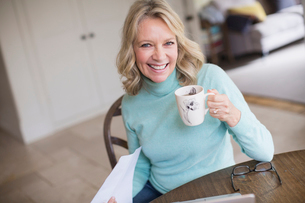 Portrait smiling, confident mature woman drinking teaの写真素材 [FYI02180275]