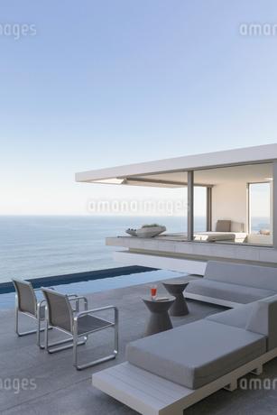 Modern, luxury home showcase exterior patio with ocean viewの写真素材 [FYI02180287]